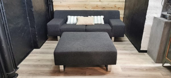 Sofa Couch 2 Sitzer grau Polster Garnitur Chrom Edelstahl Füße Ottomane Hocker